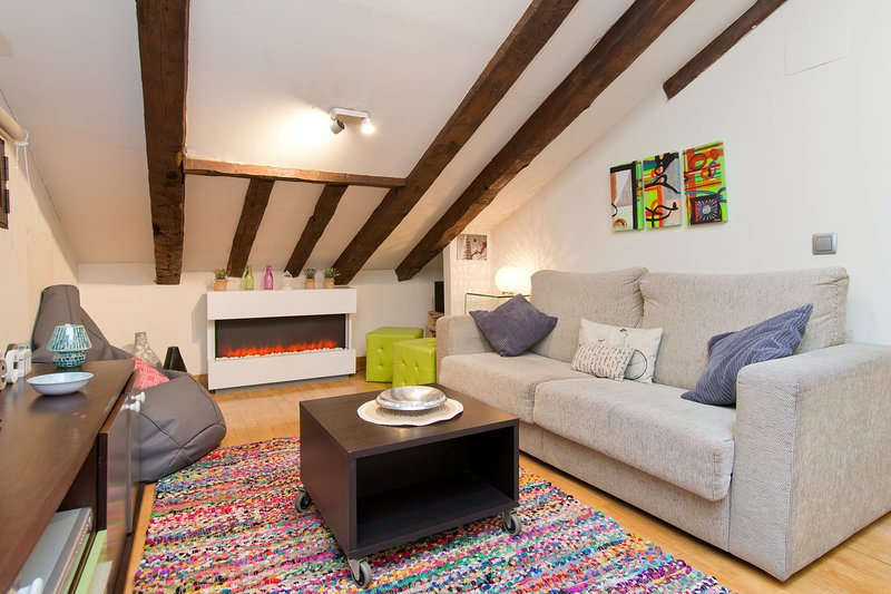 SUPER COZY ATTIC-CENTRE-INSTANT CONFIRMATION, holiday rental in Madrid