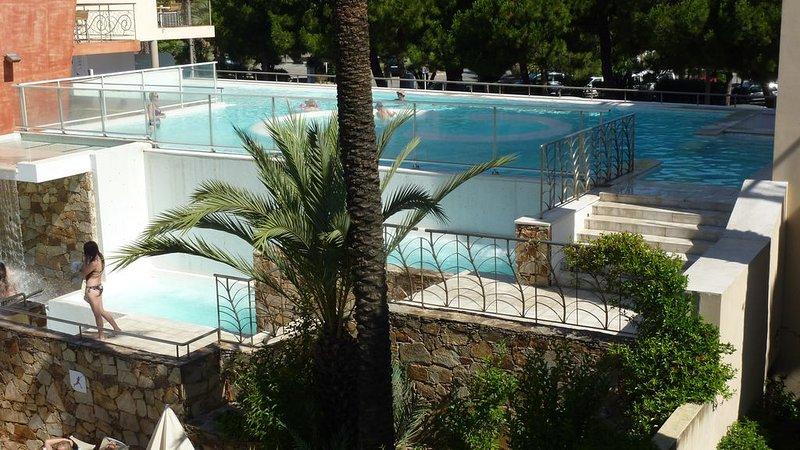 Una piscina a terrazze con vasche idromassaggio, geyser e cascate