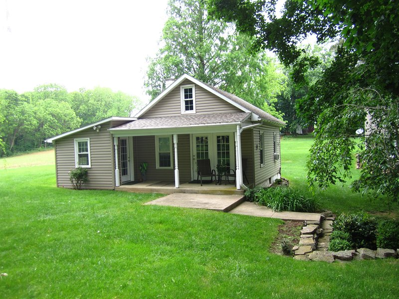 Scenic Country Cottage on 14 Pastoral Acres Next to Covered Bridge, location de vacances à Reinholds