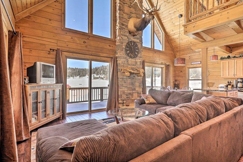 Cabin w/ Deck - Less than 1 Hour to Bryce & Zion!, location de vacances à Long Valley Junction