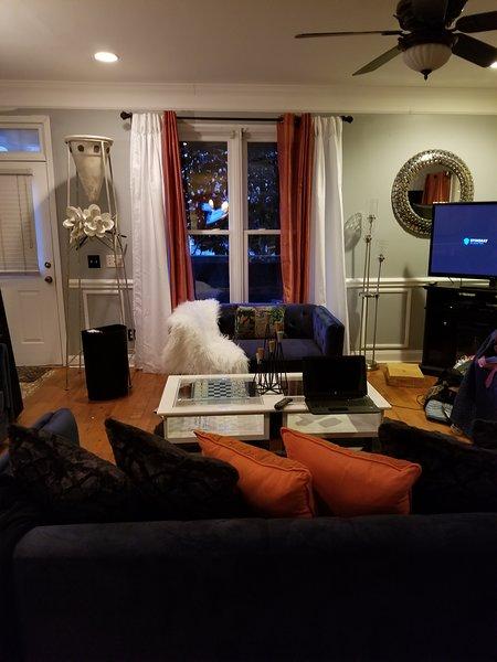 Gran espacio de la habitación esta se encuentra abajo en el hogar. Este espacio es ideal para relajarse.