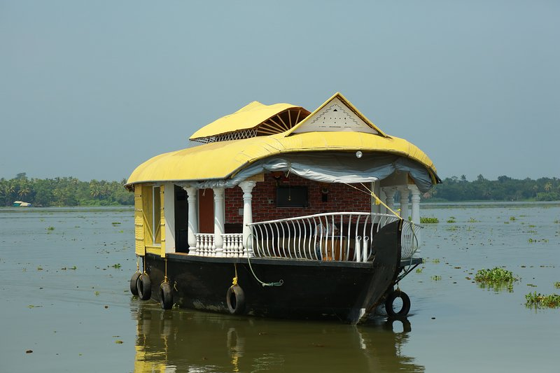 Beachparadise 2bedroom private houseboat with all meals, vacation rental in Kainakary