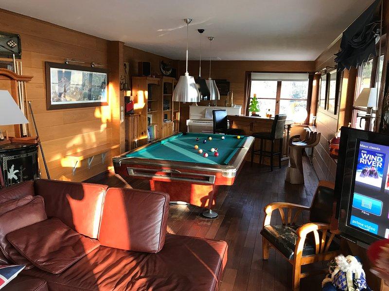 Lounge and pool + bar + piano