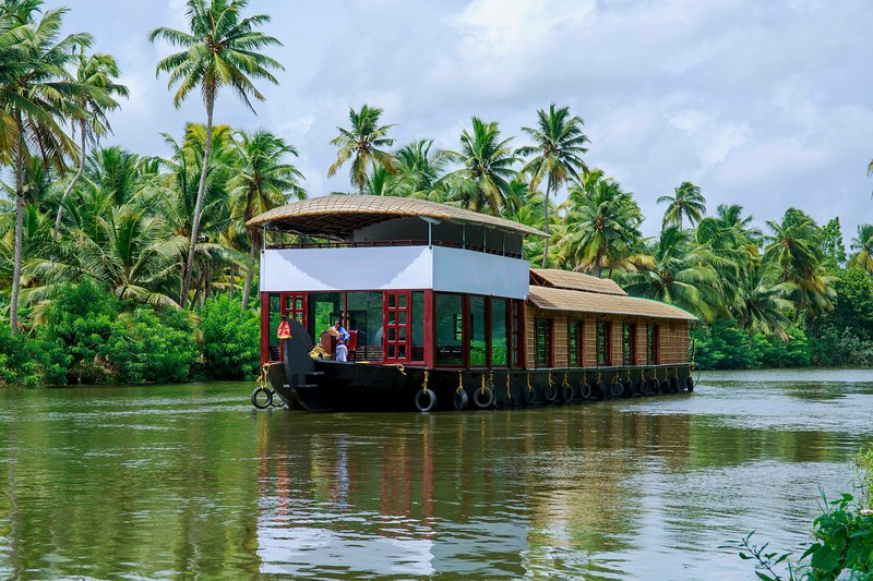 Beachparadise 5bedroom private houseboat with all meals, holiday rental in Kainakary