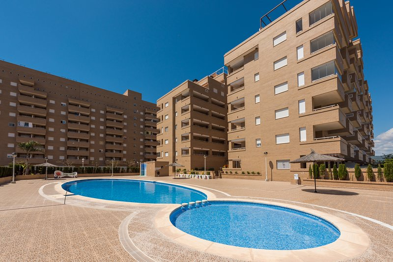 APTO MODERNO CON PISCINA+GARAJE+WIFI. En la zona mas tranquila de Marina D´or, holiday rental in Benlloch