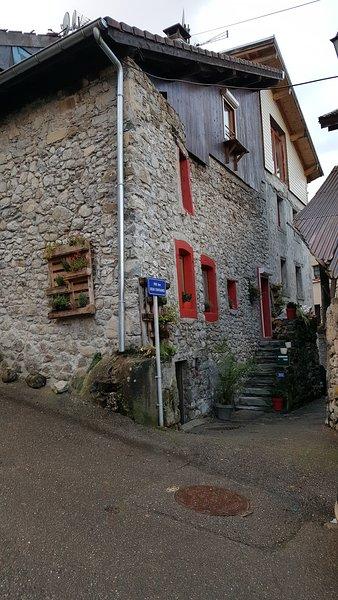 Charmante maison à 2km de la frontière Suisse et 13km d'Evian, holiday rental in Saint-Gingolph