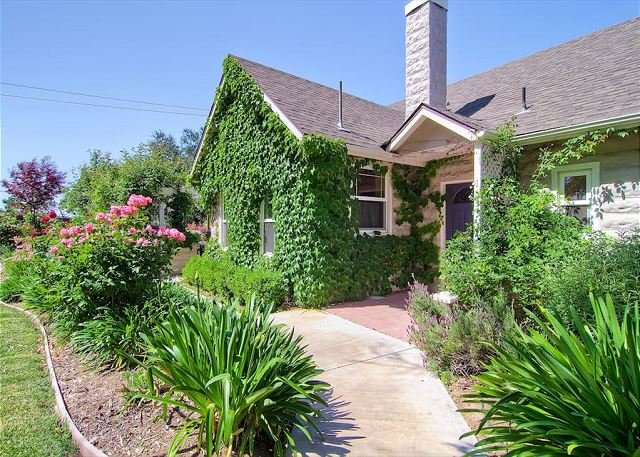 Cottage at Capitol Hill--In-Town Vintage Spaciousness with Spa, holiday rental in Paso Robles