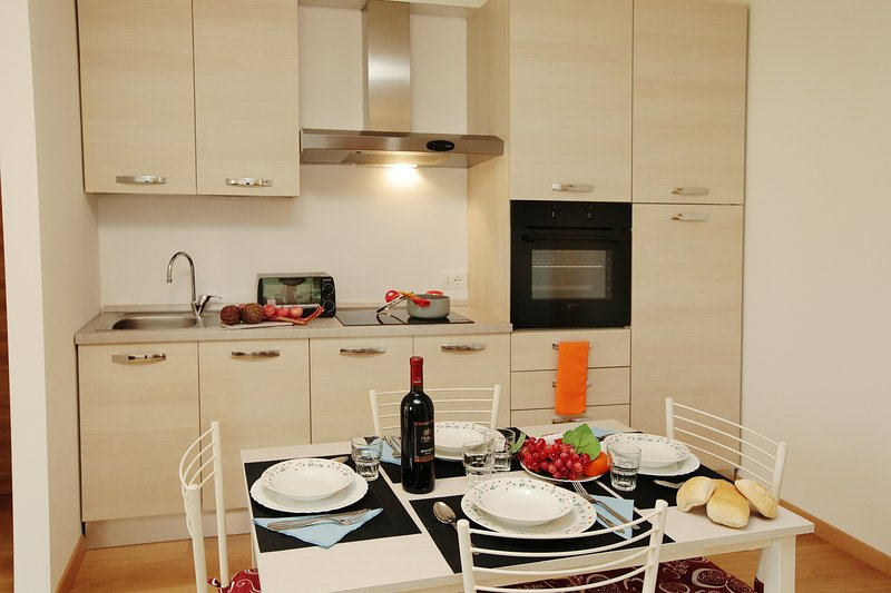 Diinnertable for 4 and the kitchen counter