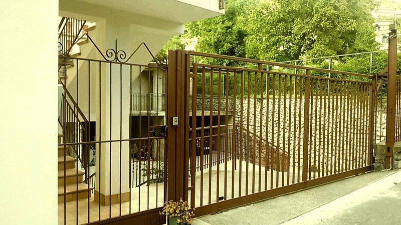 acceso peatonal y vehicular puerta de la casa