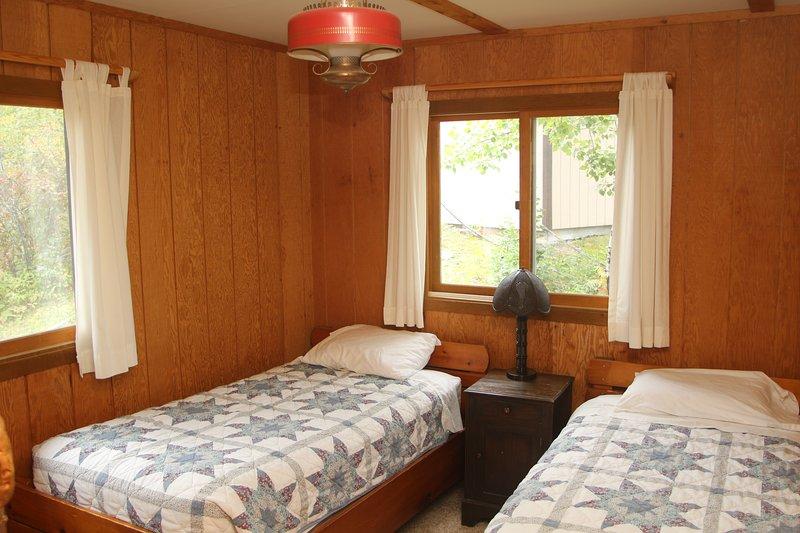 Zuid-slaapkamer met twee singles. Shed zichtbaar in de achtergrond