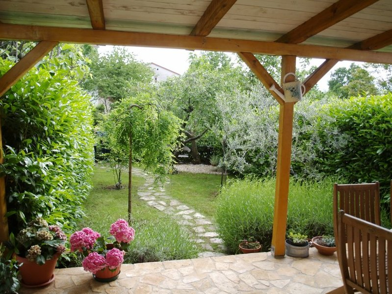 Family and pet friendly with small garden - attached home near Opatija, casa vacanza a Kastav