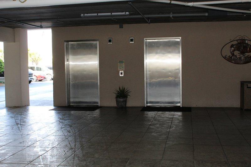 Edificio cuenta con 4 ascensores para dar servicio a los carros de construcción y equipaje para hacer movimiento de entrada y salida fácil!