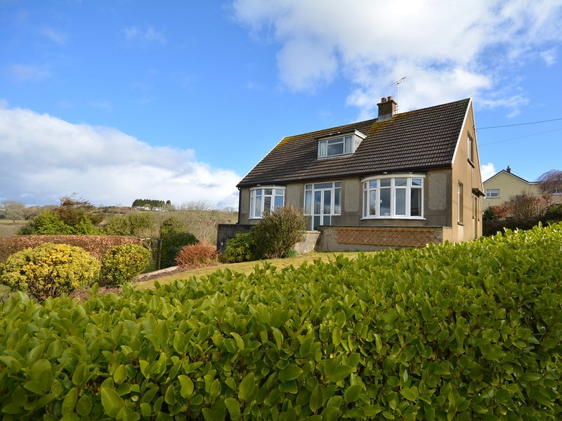 A super detached cottage right on the coastal path and just 500m from the beach