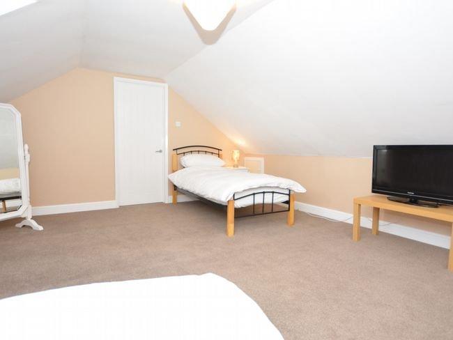 Large twin bedroom on 1st floor