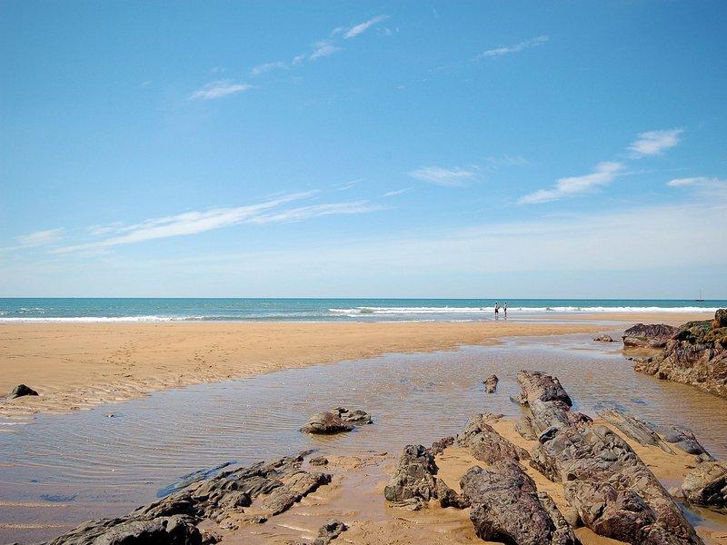 sabbia dorata e scogliere da esplorare a Crooklets Beach a Bude