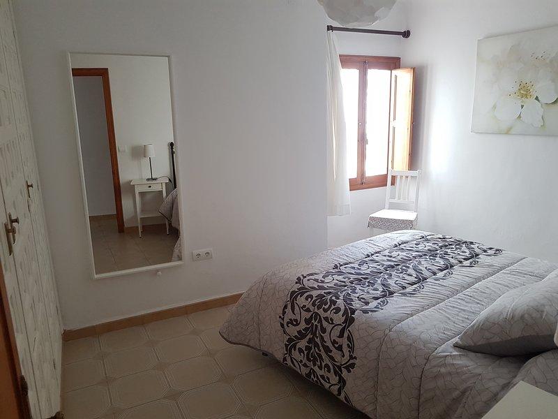 Habitacion de matrimonio espaciosa, con ampio armario y bien iluminada durante todo el dia.
