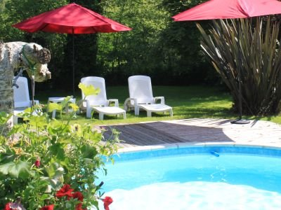 Converted Breton Barn in a lovely setting with outdoor in ground heated pool., vacation rental in Plesidy