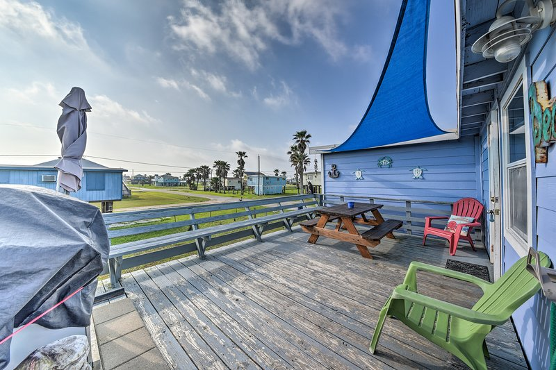 Vibrant Beach Escape w/ Yard: 1 Mi to Fish & Swim!, alquiler vacacional en Brazoria