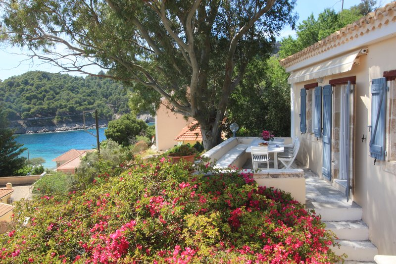 Blue Note House Villa with private pool in Assos, casa vacanza a Assos