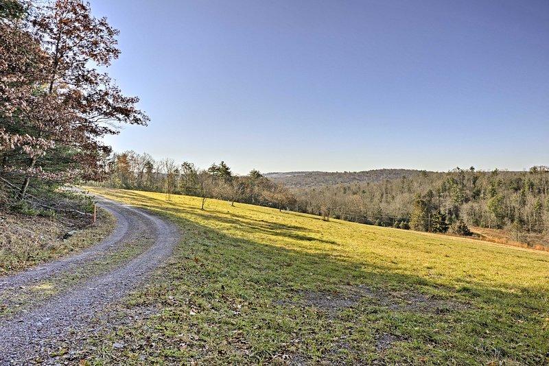 Cincuenta acres de tierras privadas envolvente esta casa rústica!