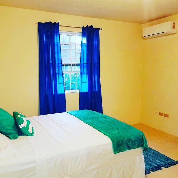 Rymligt sovrum med en bekväm dubbelsäng