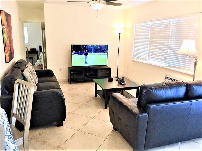 Relaxe em novos sofás de couro e assista ao seu programa de TV favorito.