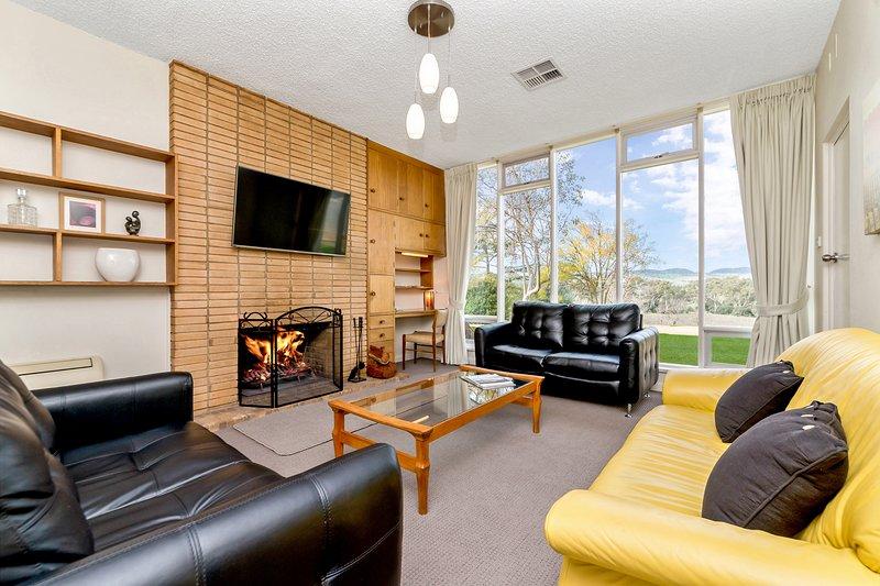 Vackert inredda lounge rum med öppen eld.