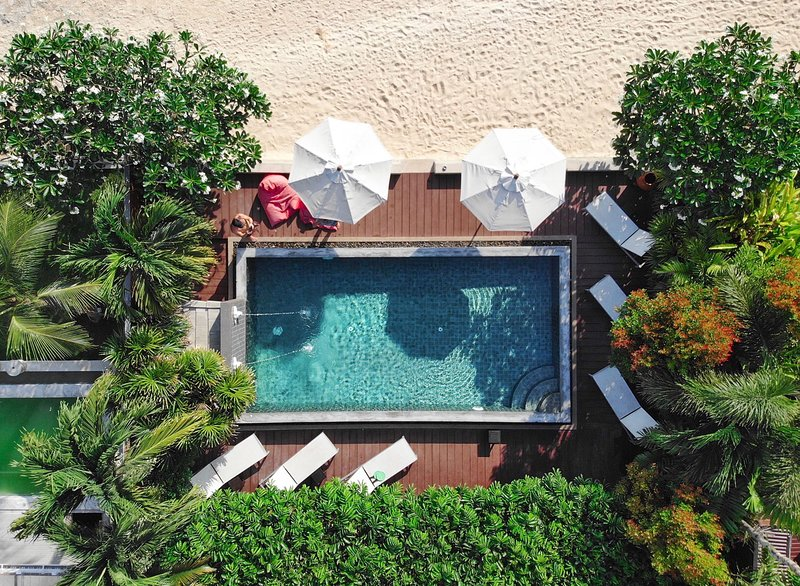 Private beach-front villa with infinity pool on a secluded beach + maid/cook, vakantiewoning in Ang Thong