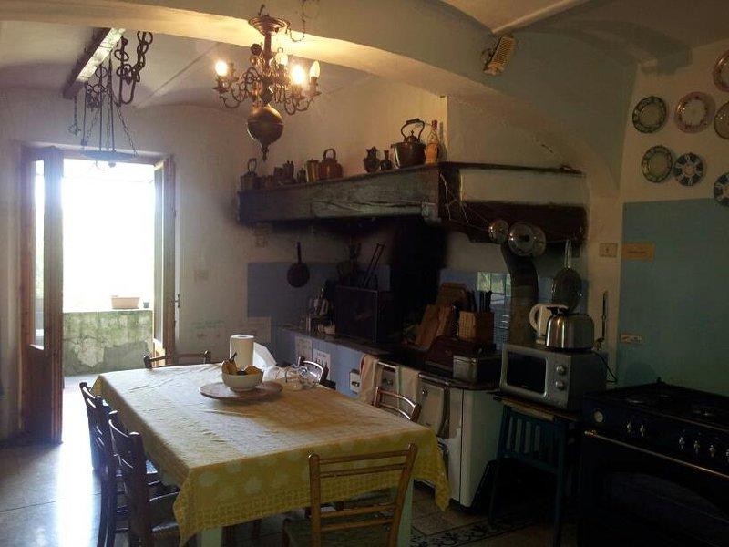 cocina comedor comunitario con puertas francesas que dan a la terraza comedor