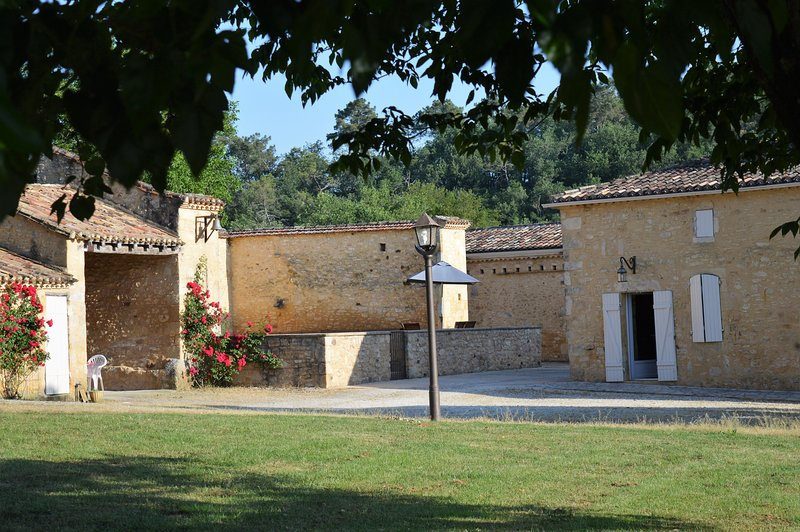 Amazing villa with swimming-pool, holiday rental in Gaugeac