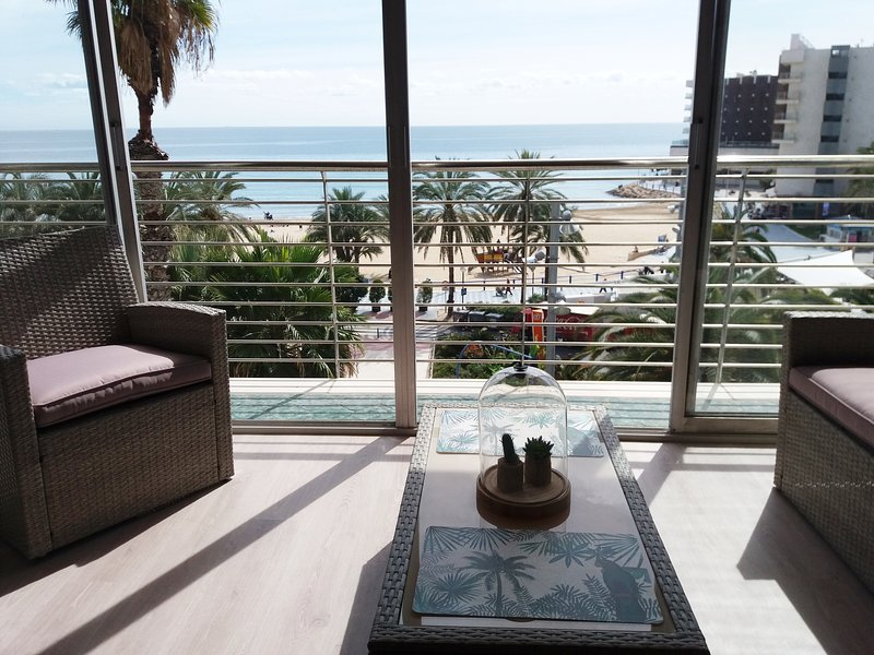 Magníficas vistas  a Playa del Postiguet desde espléndida estancia, vacation rental in Alicante