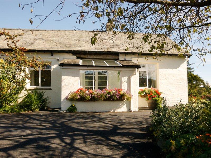 Fastigheten ligger i ett högt läge nära Tarn Hows
