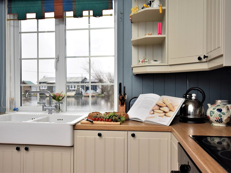 Delightful riverbank cottage on the Broads