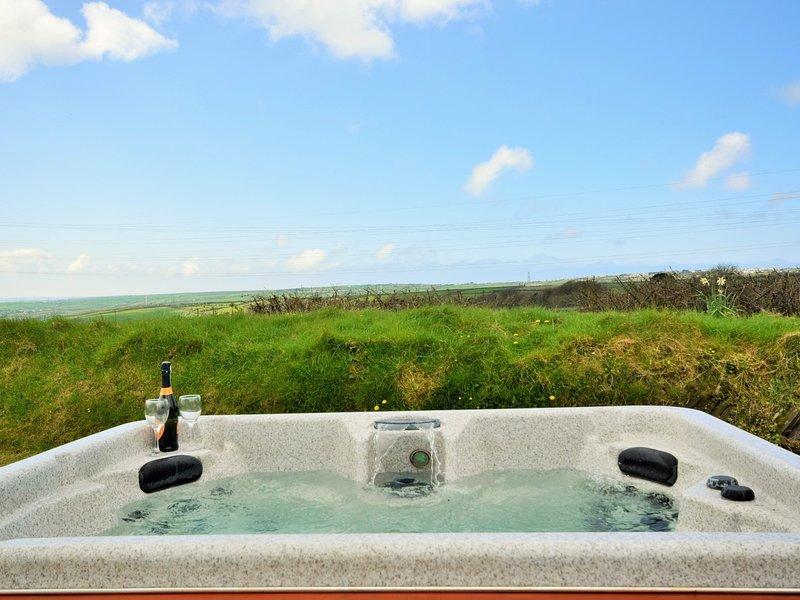 Rilassati nella vasca idromassaggio con splendide viste sulla campagna