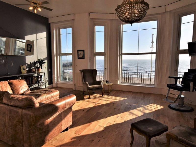 Die helle und luftige Lounge mit herrlichem Blick