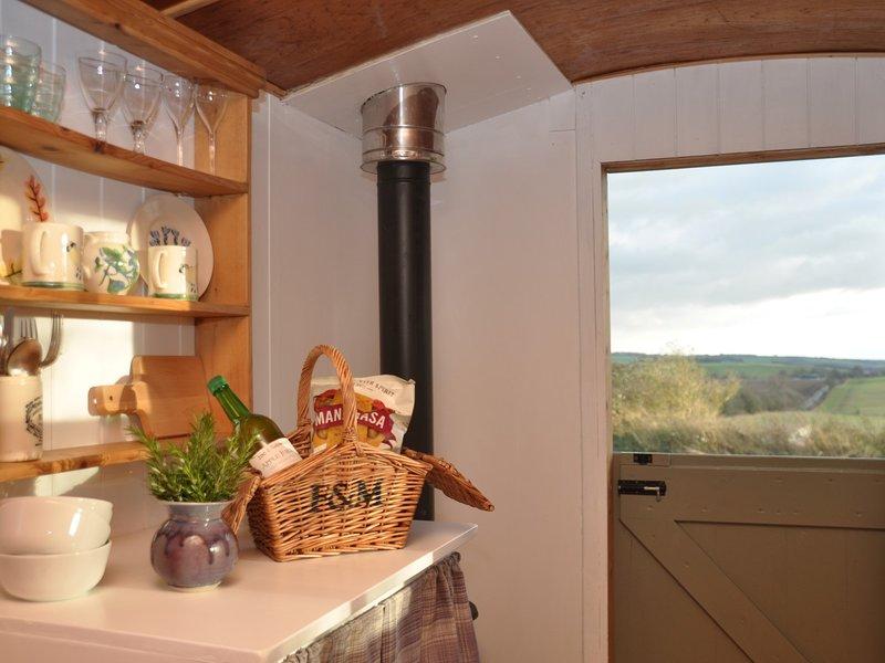 Eine traditionelle Hütte mit separater Küche