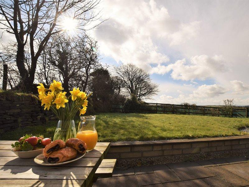 Njut av frukost i din egen inhägnad trädgård