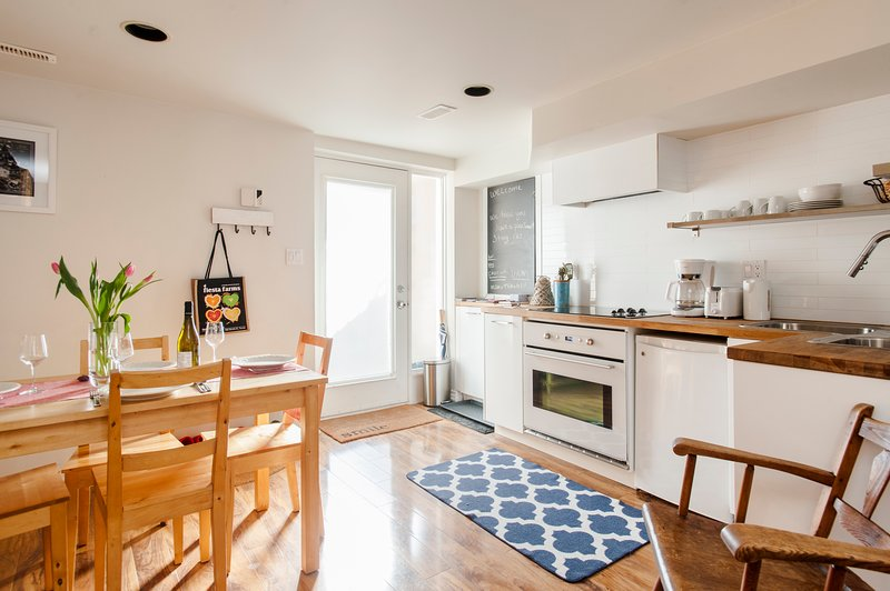 Modern, Cozy Apartment in Walkable Downtown Neighborhood, alquiler de vacaciones en Toronto