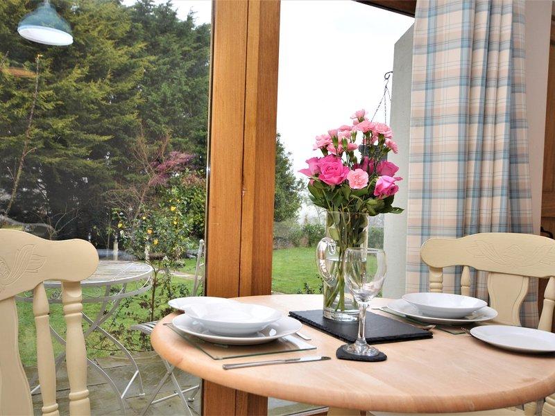 Genießen Sie den Blick auf den Garten, während Speise