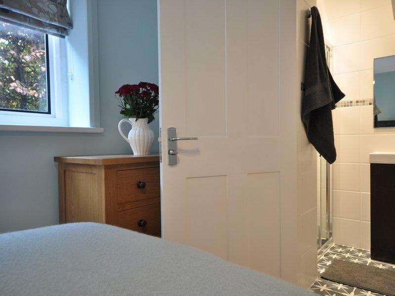 Twin zip-and-link,en-suite shower room