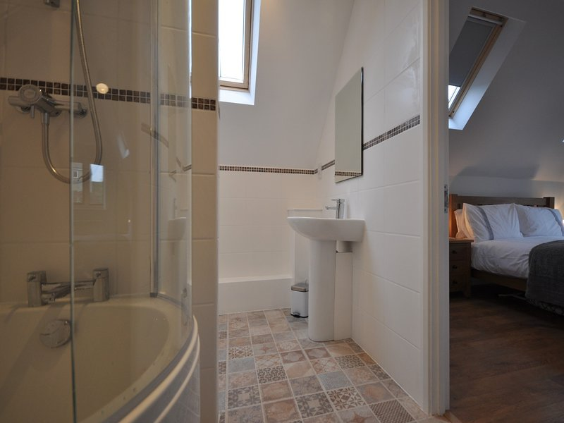 King-size bedroom,en-suite bathroom