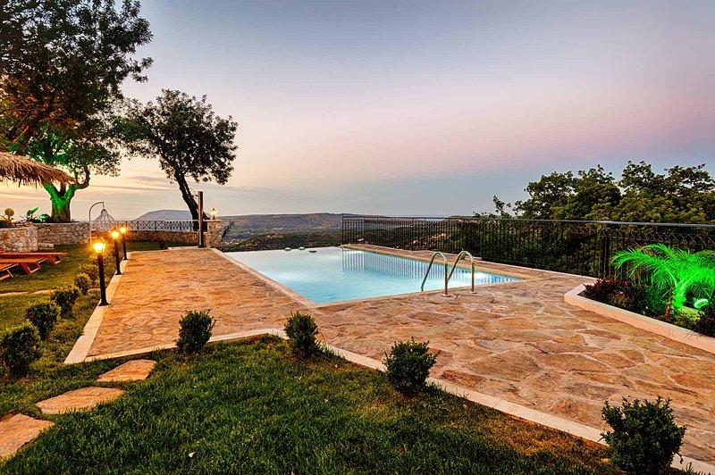 Totally private, luxurus Villa Nicol 6bd 5bth sleeps 14, holiday rental in Alikampos