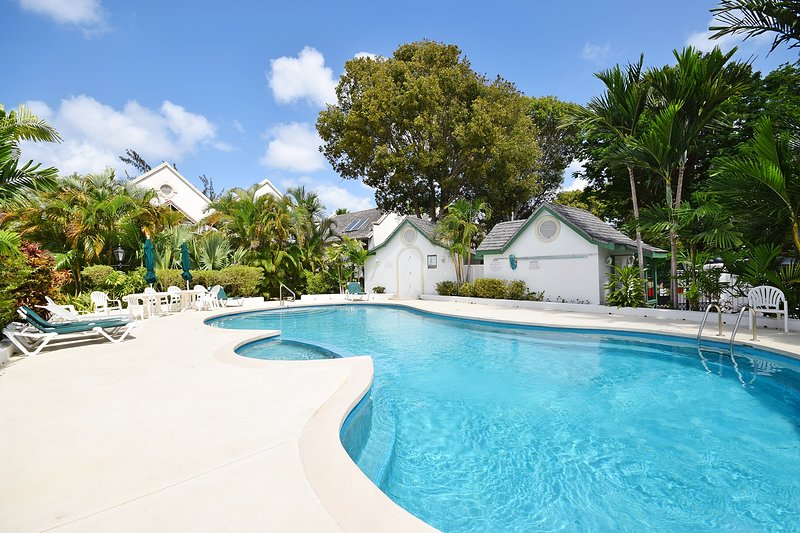 Large modern 2-bed townhouse w/shared pool, holiday rental in Rockley