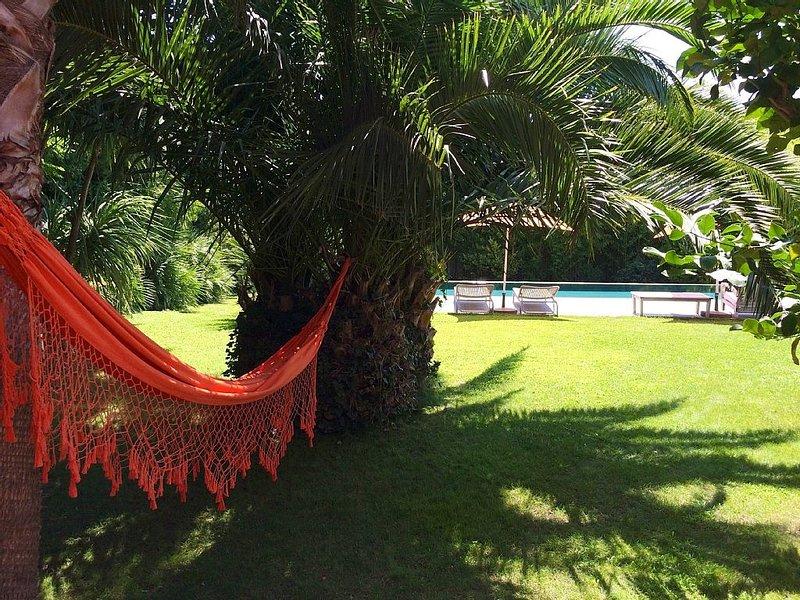 Splendide villa d'architecte avec piscine et jacuzzi en Provence, holiday rental in Belgentier