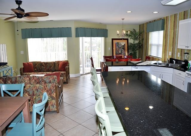 Incredible 8 Bedroom with 6 full bath. Pool, Jacuzzi and Grill sleeps 22, holiday rental in North Myrtle Beach