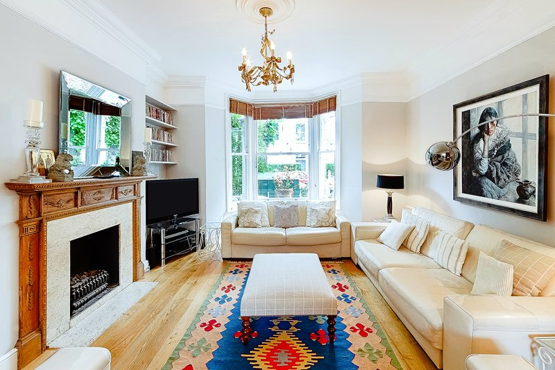 A light and airy open plan sitting room with large bay window to the front.