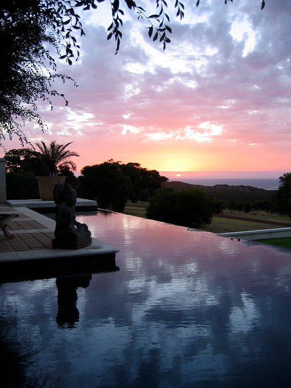 otra hermosa puesta de sol sobre el más increíble piscina infinita' 26 metros