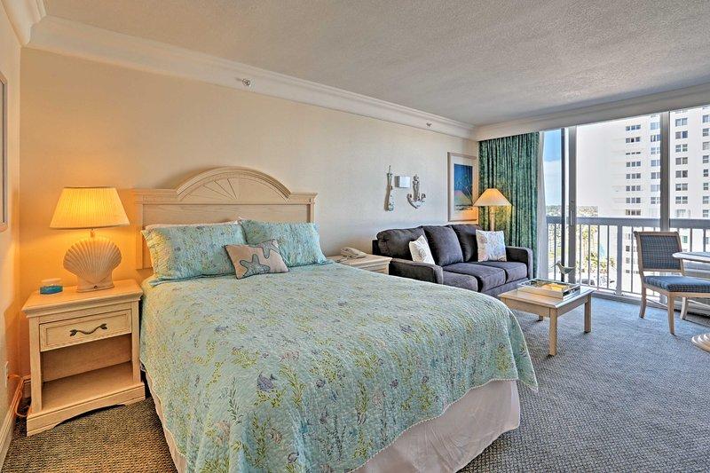 El encantador interior cuenta con una cama doble, baño completo y cocina!