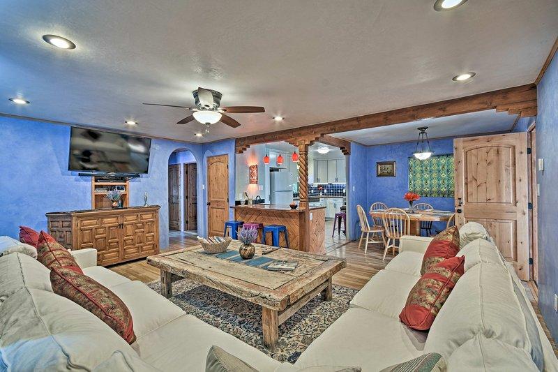 Cozy 'Blue Adobe' w/ Steam Room 2 Mi. from Taos!, casa vacanza a El Prado