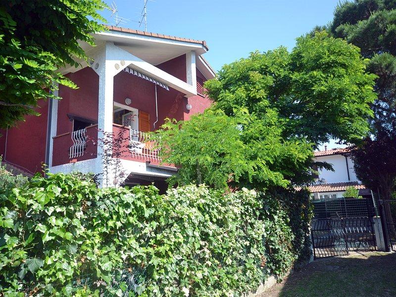 Ampio bilocale in villetta con giardino e posto auto privato, holiday rental in Lido di Volano